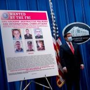 """""""Gesucht vom FBI"""" steht auf dem Schild, das die Vertreter der amerikanischen Justizbehörde am Montag während der Pressekonferenz präsentieren."""