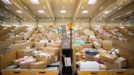 Hochbetrieb in einem Berliner Paketzentrum: Vier Prozent der Retouren landen im Müll.