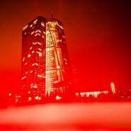 Rot eingehüllte EZB: Die Finanzmarktkrise hat die Menschen ärmer gemacht.