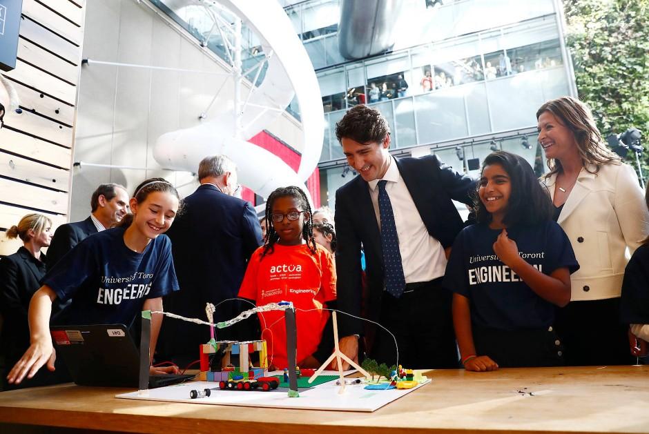 Intelligenter in die Zukunft: Kanadas Premierminister Justin Trudeau mit jungen Stadtforscherinnen in Toronto