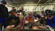 Meister und Lehrlinge: Schweißarbeiten in einem Ausbildungszentrum in Siegburg