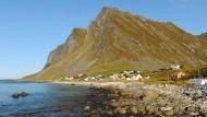Darf man hier bald nach Gas und Öl bohren? An der Küste der Lofoten ragen Berge mehr als tausend Meter in die Höhe.