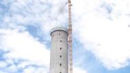 Der Aufzugtestturm wächst in die Höhe