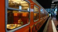 Erste große Reise: Der neue Fernzug Locomore mit Fahrgast am Mittwoch.