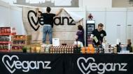 Vom Supermarkt, den Gründer Jan Bredack ganz nebenbei eröffnete, hin zur Aktiengesellschaft: Das Unternehmen Veganz hat einige Rückschläge hinter sich, doch nun scheint es sogar mit dem Börsengang zu klappen.