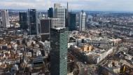 Finanzplatz Frankfurt: Im Vordergrund der Sitz der DZ-Bank, dahinter die Zentralen ihrer Wettbewerber