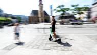 Frankfurt gehört zu den wenigen Städten, in denen bereits E-Roller, wie hier vom Start-Up Tier, plaziert sind. Die neuen Verkehrsteilnehmer führen mancherorts aber bereits zu unsicheren Situationen im Straßenverkehr.