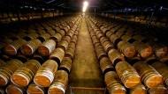 Hunderte Fässer der Remy Martin Fabrik, in denen alter und besonders seltener Cognac aufbewahrt wird in der gleichnamigen Stadt in Frankreich.