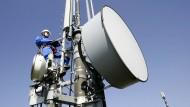 Wartung eines Funkmasts: Die künftigen Verbindungen für mobile Geräte sollen besser werden, aber nicht so schnell wie manch einer hofft.
