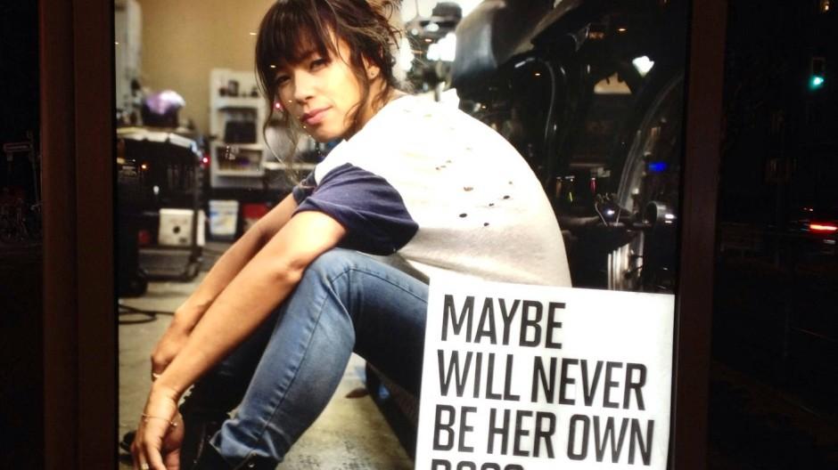 """Marlboro-Plakat aus der """"Maybe""""-Kampagne an einer Haltestelle"""