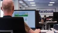 Ein Mitarbeiter im Löschzentrum von Facebook in Berlin. Die Internetkonzerne müssen nun in Deutschland laut Gesetz schneller auf strafbare Inhalte reagieren.