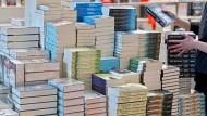 Die Buchmesse kann sich wohl kaum über zu wenige Besucher beschweren - die Buchhändler in den Innenstädten hingegen schon.