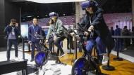 5G soll Fahrt aufnehmen: Messebesucher mit Videobrillen am Huawei-Stand auf dem Mobile World Congress.