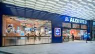"""""""Ao-Le-Qi"""", wie der Discounter Aldi in China heißt, eröffnet dieser Tage seine ersten Filialen. Die Menschen sind von der deutschen Qualität so begeistert, dass sie sie sich per App frei Haus liefern lassen."""