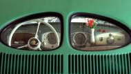Der legendäre VW mit dem berühmten Brezelfenster. Bis 1953 sah der Käfer von hinten so aus.