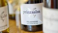 """Eine Flasche Riesling aus der über 800 Jahre alten Lage """"Felseneck"""". Das Weingut der Familie wurde bereits in Schriften aus dem 12. Jahrhundert erwähnt."""