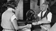 Die Maschinen sind inzwischen größer geworden: Spielkartenproduktion in den 1930er Jahren.