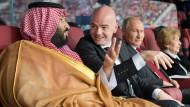 Sportsfreunde: Der saudische Kronprinz Mohammed bin Salman, Gianni Infantino und Wladimir Putin während der WM-Eröffnung in Moskau