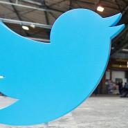 """Ein Aufsteller mit dem Twitter-Logo auf der Konferenz """"re:publica 14"""" in Berlin. Seit Jahren schreibt der Konzern Verluste."""