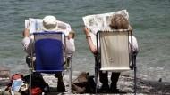 Ein populistisches Geschenk im Kampf gegen die Populisten: Bargeld für Rentner, hier lesend am Achensee