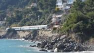 Blockade: An der Rivieraküste hängt seit einem Monat ein entgleister Zug fest, die Bahnstrecke ist gesperrt