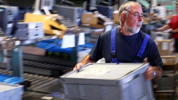 Ältere Arbeitnehmer arbeiten in Logistikbetrieb
