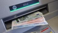 Bargeld lacht: Doch Bundesfinanzminister Wolfgang Schäuble hätte gerne eine Grenze von 5000 Euro für Geschäfte mit Geldscheinen.