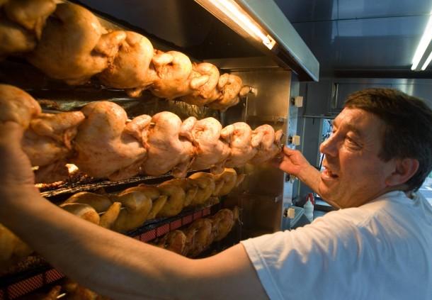 Hitzeserie - Hähnchengriller arbeitet auch bei Hitze
