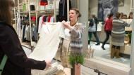 Verkäuferin im Einzelhandel: Die Löhne könnten höher sein – wenn sich die Arbeitsproduktivität besser entwickeln würde.