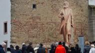 Verklärungsversuch: Ein Schattenriss der geplanten Statue, die China Marx' Geburtsstadt Trier stiftet.