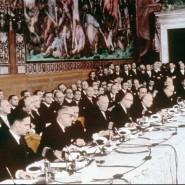 Ein historischer Akt: Konrad Adenauer und sein Staatssekretär Walter Hallstein (Fünfter und Sechster von links) vertraten Deutschland bei der Vertragsunterzeichnung.