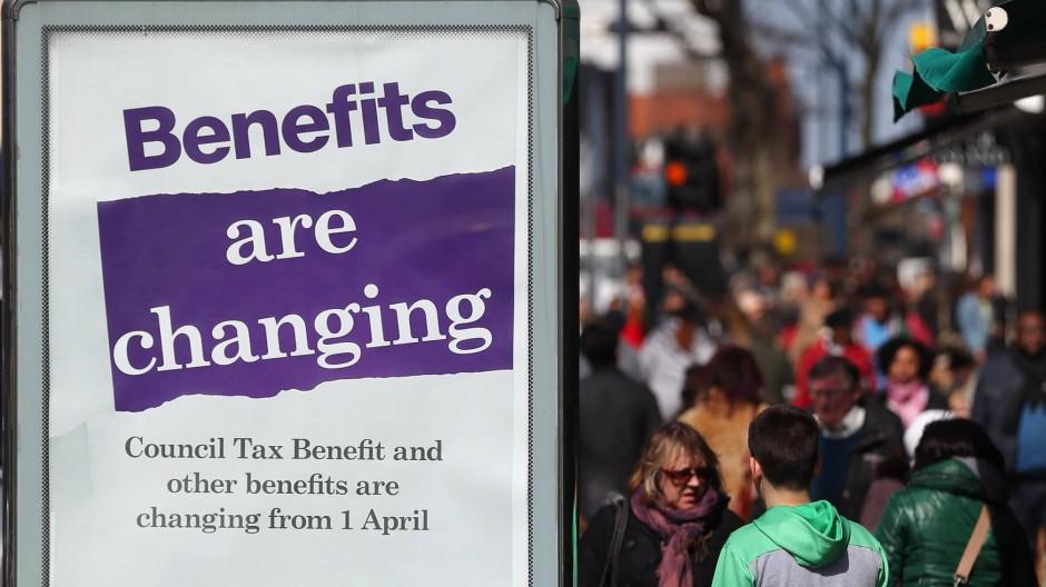 Kein Aprilscherz: Die Regierung informiert mit Plakaten über die Reformen