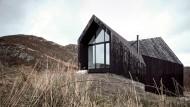 Schwarz und in den Felsen gebaut: Tiefgründiger Look auf Island