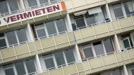 """""""Vermieten"""": Die Aufforderung an einem Berlin Mietshaus ist eindeutig."""