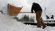 Bei Schnee müssen Eigentümer dafür sorgen, dass die Verkehrswege auf ihrem Grundstück weiter sicher begehbar sind.