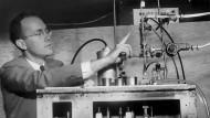 Charles Townes, am 25. Januar 1955 mit einem Prototypen seines Masers.
