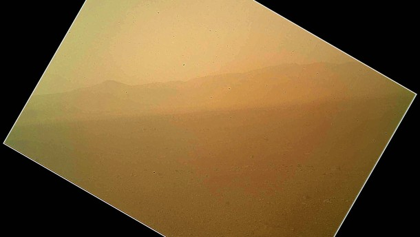 Marsstollen und Morsezeichen im Sand