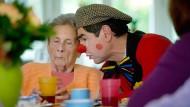 Ulrich Fey - Der frühere Lehrer und F.A.Z.- Redakteur besucht als Clown regelmäßig Demenzkranke in einer Wohngemeinschaft für Demenzkranke.