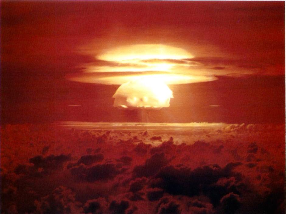 """Die Wasserstoffbombe """"Castle BRAVO""""  detonierte am 1. März  1954  über dem Bikini-Atoll."""