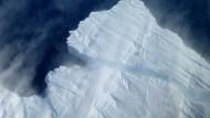 Ein Eisberg bricht am Pine Island Gletscher ab.