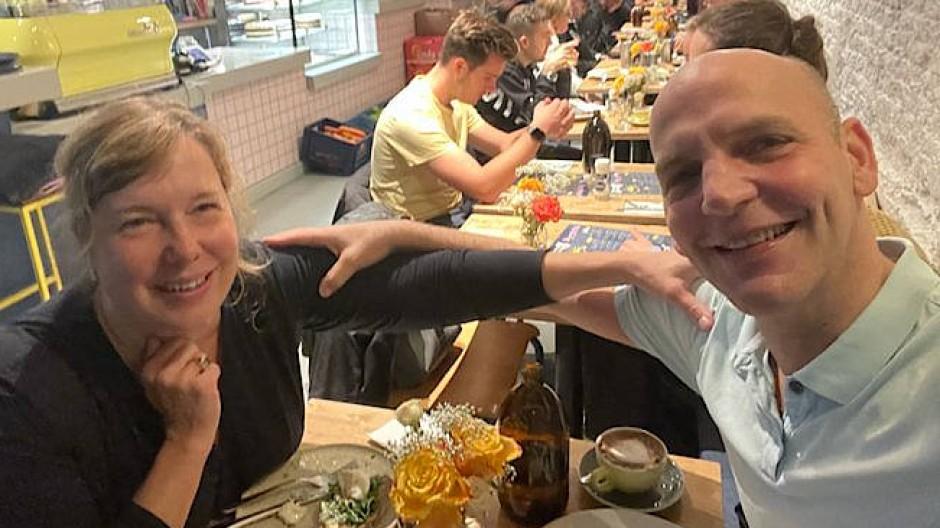 Selfie von Benjamin List und seiner Frau Sabine List in einem Amsterdamer Restaurant, kurz nachdem sie die Nachricht vom Nobelpreis erhalten haben.