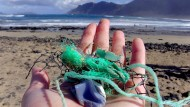 Forschungsleiterin Jenna Jambeck sammelte Plastikproben an der Küste von Caleta de Famara auf den Kanaren.