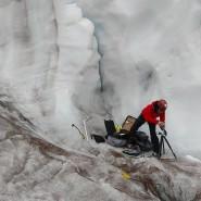 """Musikwissenschaftlerin Miriam Akkermann bei der """"Probenahme"""" auf dem Antisana-Gletscher"""