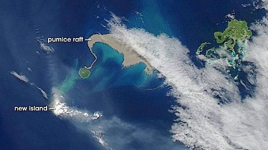 """Im Jahr 2006 wurde ein Bimsstein-Teppich (""""pumice raft"""") bei den Tonga-Inseln im Südpazifik von einem Satelliten gesichtet."""