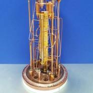 Die Atomwaage besteht aus fünf aneinander gereihten Ionenfallen (gelbe Säule in der Mitte). In diesen baugleichen Fallen lassen sich Ionen im angeregten Quantenzustand und im Grundzustand im Vergleich messen.