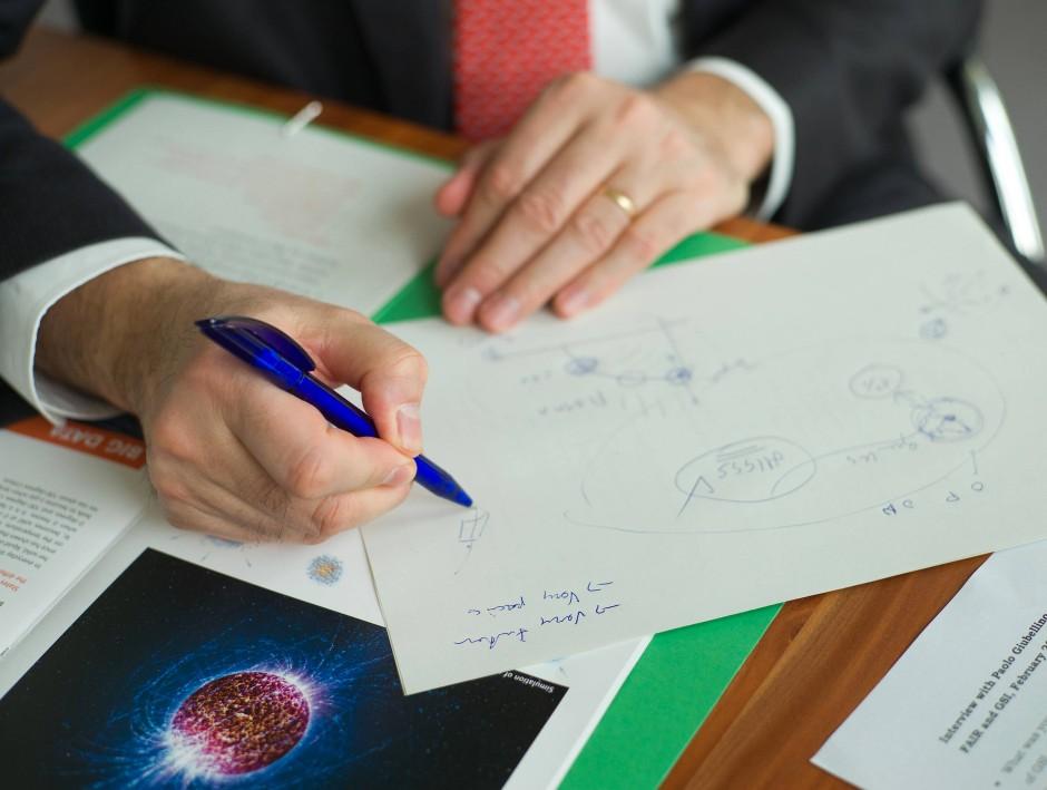 Paolo Giubellino erklärt ein geplantes FAIR Experiment zum Quark-Gluon-Plasma.