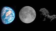 """Erde, Mond und Komet """"Tschuri"""" im Helligkeitsvergleich. Das Bild zeigt die drei Himmelskörper, wie sie unter identischen Lichtverhältnissen aussehen würden. Die Erde strahlt 31 Prozent des Lichts zurück ins All, der Mond  12 Prozent, der Komet lediglich 6 Prozent."""