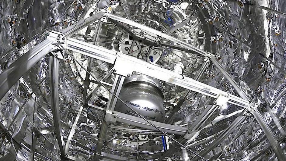 Blick ins Innere des Wassertanks des Xenon1t-Detektors. Im Zentrum ist der mit flüssigem Xenon gefüllte Kryostat zu sehen.
