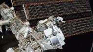 Das Alpha Magnetic Spedtrometer AMS (im Vordergrund) ist an einem Seitenarm er Internationalen Raumstation ISS befestigt.