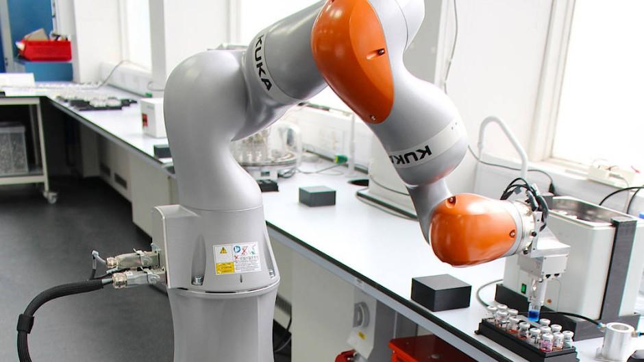 Ein Roboterarm übernimmt in diesem Chemielabor die Arbeiten.